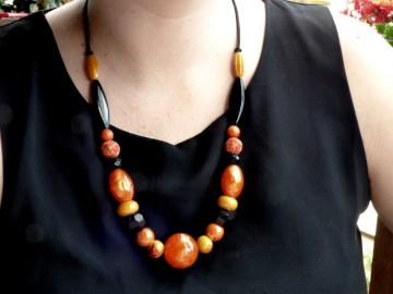 http://bymademoisellef.fr/137-thickbox/collier-ajustable-noir-et-orange.jpg