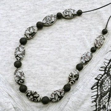 https://bymademoisellef.fr/1310-thickbox/collier-mi-long-arabesque-gris-lave-noire.jpg