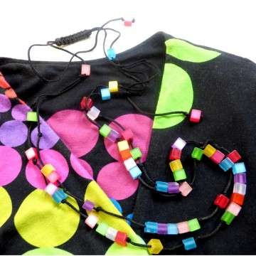 https://bymademoisellef.fr/1319-thickbox/collier-long-multicolore-cubes.jpg