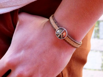 https://bymademoisellef.fr/483-thickbox/bracelet-en-liege-peace-and-love-naturel.jpg